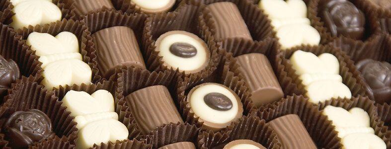 Myymälämme lasi-ikkunan takaa on myös mahdollisuus seurata suklaan valmistusta.